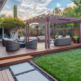 Idée de décoration pour un jardin en pots arrière design de taille moyenne et l'été avec une exposition ensoleillée et des pavés en béton.