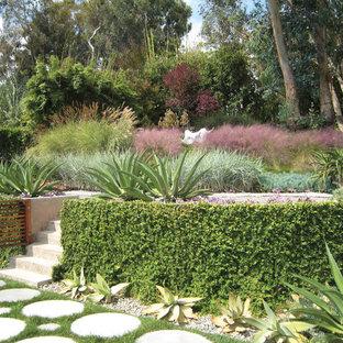 Imagen de jardín minimalista, de tamaño medio, en otoño, en ladera, con exposición total al sol, muro de contención y adoquines de hormigón