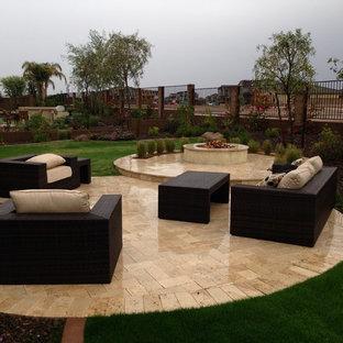 Idee per un giardino contemporaneo esposto in pieno sole di medie dimensioni e dietro casa in inverno con un focolare e pavimentazioni in pietra naturale