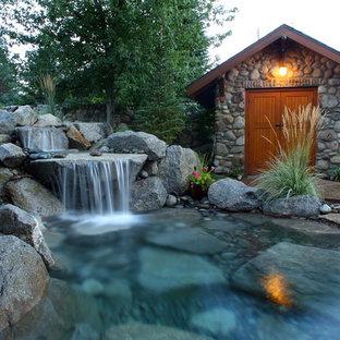 シアトルの大きいラスティックスタイルのおしゃれな庭 (日向、天然石敷き) の写真