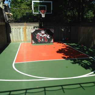 Ejemplo de pista deportiva descubierta minimalista, pequeña, en verano, en patio trasero, con parque infantil, exposición parcial al sol y adoquines de hormigón