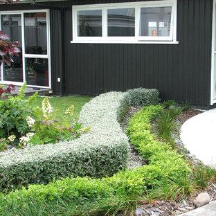 Новый формат декора квартиры: садовые дорожки и калитки среднего размера на переднем дворе в стиле ретро