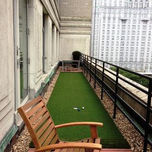 Ispirazione per un piccolo campo sportivo esterno classico esposto a mezz'ombra sul tetto con uno spazio giochi e ghiaia