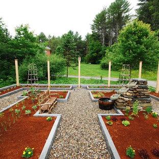 Geometrischer, Großer Klassischer Gemüsegarten hinter dem Haus, im Sommer mit direkter Sonneneinstrahlung und Flusssteinen in Portland Maine