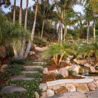 Foto de jardín de secano, mediterráneo, en ladera, con fuente, exposición total al sol y adoquines de piedra natural