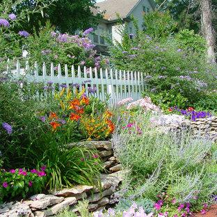 Bild på en vintage trädgård i full sol i slänt