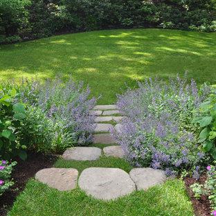Idéer för mellanstora vintage trädgårdar i delvis sol i slänt på sommaren, med naturstensplattor