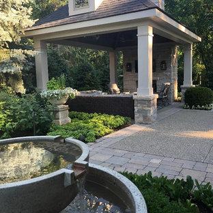 Mittelgroßer Uriger Garten hinter dem Haus mit Kamin und Pflasterklinker in Detroit