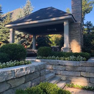 Mittelgroßer Rustikaler Garten hinter dem Haus mit Kamin und Pflasterklinker in Detroit