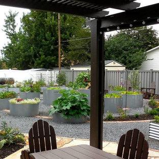 Diseño de jardín de secano, bohemio, de tamaño medio, en patio trasero, con huerto, exposición total al sol y gravilla