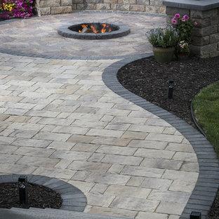 Ispirazione per un giardino formale tradizionale esposto a mezz'ombra di medie dimensioni e dietro casa in estate con un focolare e pavimentazioni in pietra naturale