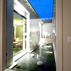 Contemporary Landscape by The Front Door / Dwayne Carruth
