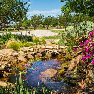Großer Country Vorgarten Mit Teich, Direkter Sonneneinstrahlung Und  Natursteinplatten In Dallas