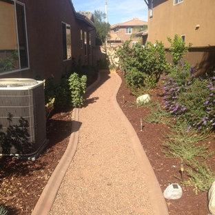 Inredning av en modern bakgård i full sol som tål torka, med grus