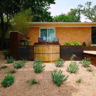 Idées déco pour un petit jardin arrière rétro avec des solutions pour vis-à-vis et une exposition partiellement ombragée.