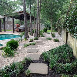 Geometrischer, Großer, Schattiger Moderner Kiesgarten im Sommer, hinter dem Haus mit Sichtschutz in Houston