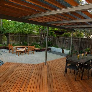 На фото: маленькая тенистая спортивная площадка на внутреннем дворе в стиле модернизм с настилом