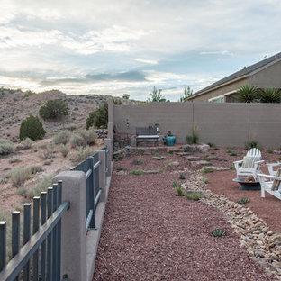 Mediterraner Garten mit Feuerstelle und direkter Sonneneinstrahlung in Albuquerque