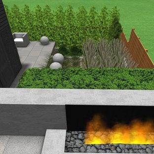 Geometrischer, Mittelgroßer, Halbschattiger Moderner Garten im Sommer, hinter dem Haus mit Kamin in Toronto