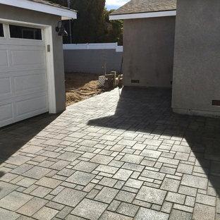 Foto di un vialetto american style esposto a mezz'ombra di medie dimensioni e davanti casa in inverno con pavimentazioni in cemento