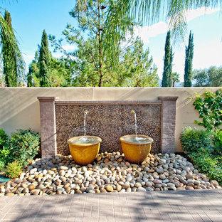 Foto de jardín mediterráneo con fuente