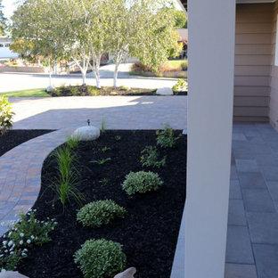 Modelo de jardín tradicional, de tamaño medio, en patio delantero, con exposición parcial al sol y adoquines de piedra natural