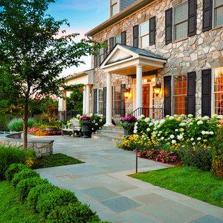 Geräumiger, Geometrischer, Halbschattiger Klassischer Vorgarten im Frühling mit Betonplatten in Washington, D.C.