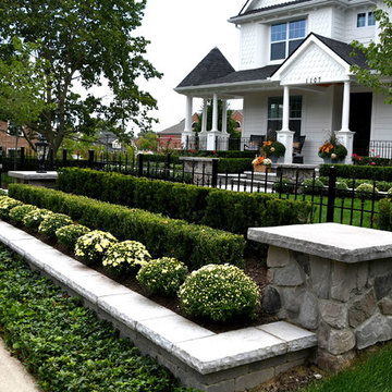 Traditional downtown front yard landscape