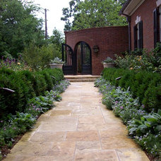Traditional Landscape by WER Architects/Planners