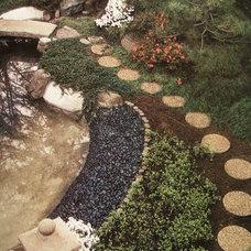 Traditional Landscape by dabah landscape designs