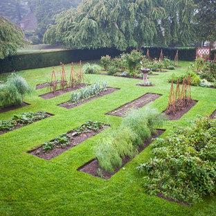 Esempio di un orto in giardino chic