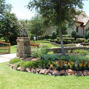 Design ideas for an expansive traditional front yard driveway in Dallas.