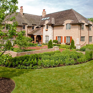 Design ideas for a large traditional full sun courtyard brick driveway in Chicago for summer.