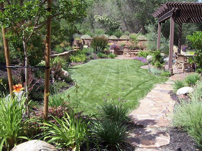 Traditional Landscape by Lavish Gardens Landscape