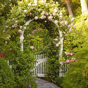 Foto di un giardino formale classico con un ingresso o sentiero e pavimentazioni in pietra naturale