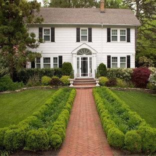 Idee per un giardino chic davanti casa con pavimentazioni in mattoni