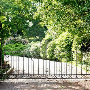 Imagen de acceso privado clásico en patio delantero