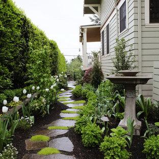 Cette photo montre un jardin latéral chic au printemps avec une entrée ou une allée de jardin, une exposition partiellement ombragée et des pavés en pierre naturelle.