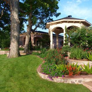 Klassisk inredning av en mycket stor trädgård i full sol i slänt och pallkragar