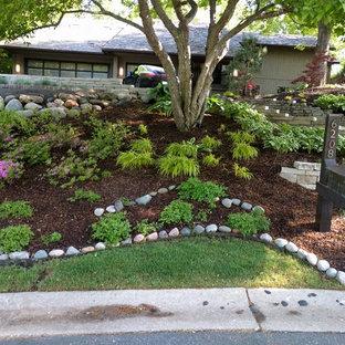 ミネアポリスのコンテンポラリースタイルのおしゃれな前庭 (私道、擁壁、半日向、マルチング舗装) の写真