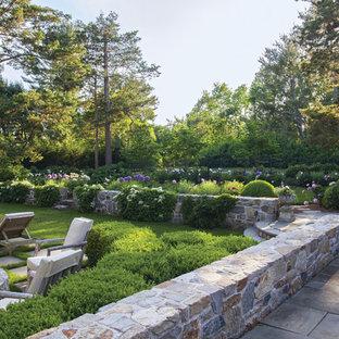Cette photo montre un grand jardin arrière craftsman avec une entrée ou une allée de jardin, une exposition partiellement ombragée et des pavés en pierre naturelle.