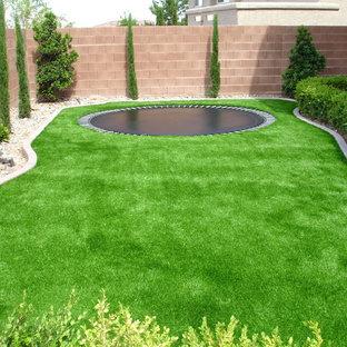 Inspiration för mellanstora klassiska bakgårdar, med grus
