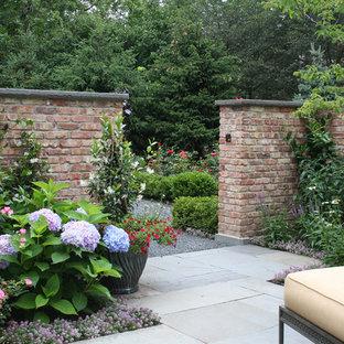 Foto de jardín parterre de flores, tradicional, con adoquines de piedra natural