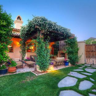 Идея дизайна: большой участок и сад на внутреннем дворе в средиземноморском стиле с местом для костра, полуденной тенью и покрытием из каменной брусчатки