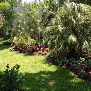 Идея дизайна: большой геометрический участок и сад на заднем дворе в морском стиле с садовой дорожкой или калиткой, полуденной тенью и мощением клинкерной брусчаткой