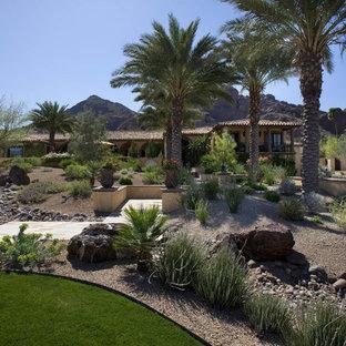 Geräumiger Mediterraner Garten hinter dem Haus mit Wasserspiel in Phoenix