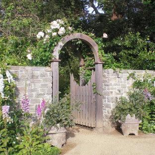 Immagine di un giardino chic esposto a mezz'ombra con un ingresso o sentiero