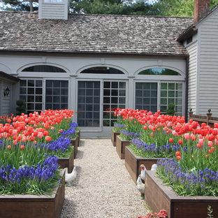 Klassischer Garten im Frühling mit direkter Sonneneinstrahlung und Hochbeet in New York