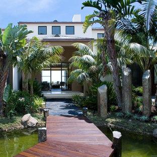 Idee per un grande laghetto da giardino tropicale esposto in pieno sole davanti casa con pedane