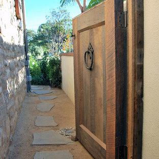 Ispirazione per un giardino eclettico in ombra di medie dimensioni e nel cortile laterale con un ingresso o sentiero e pavimentazioni in pietra naturale